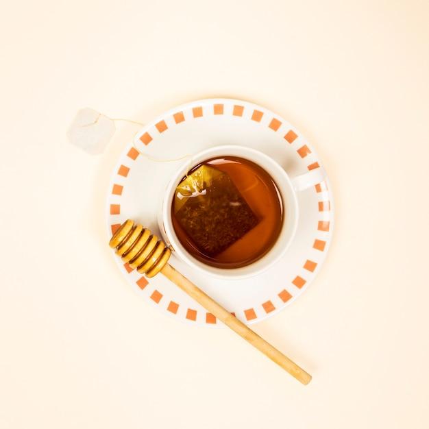 Vista elevada de té saludable con cucharón de miel Foto gratis