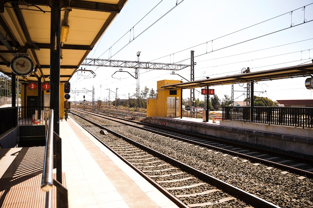 Vista de la estación de tren vacía con ferrocarril Foto gratis