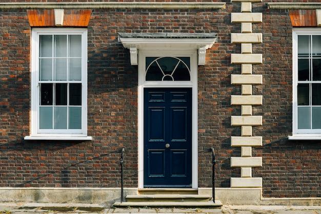Vista exterior de una fachada de casa adosada británica. Foto gratis