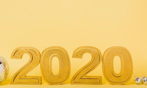 Vista frontal 2020 año nuevo con bolas de navidad plateadas Foto gratis