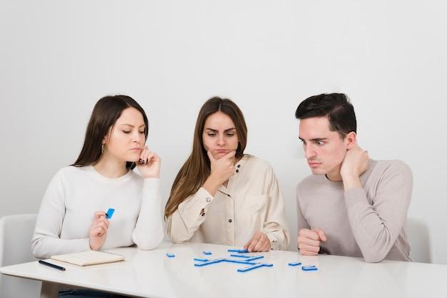Vista frontal amigos jugando domino Foto gratis
