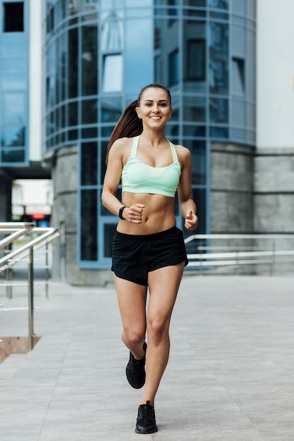 Vista frontal del atleta corriendo Foto gratis