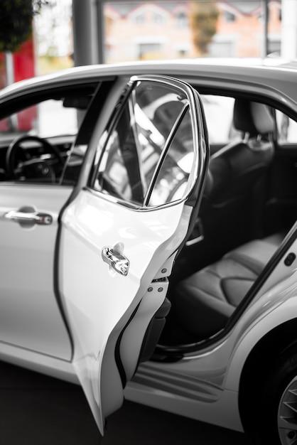 Vista frontal auto nuevo con puerta trasera abierta Foto gratis