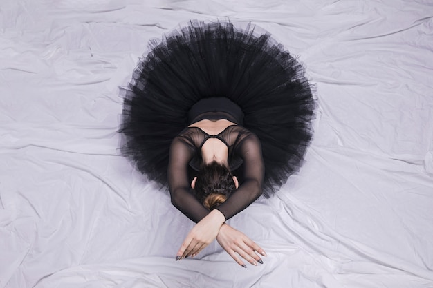 Vista frontal de la bailarina sentada. Foto gratis