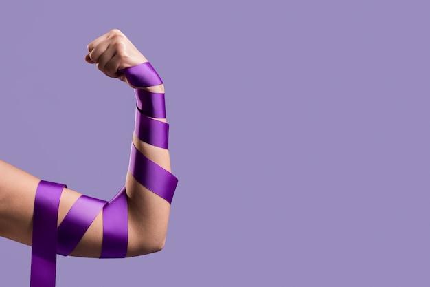 Vista frontal del brazo flexible con cinta y espacio de copia Foto gratis