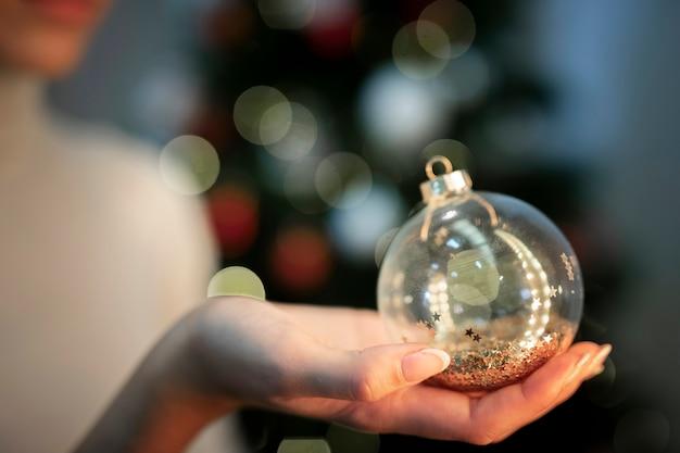 Vista frontal brillante decoración del globo del árbol de navidad Foto gratis