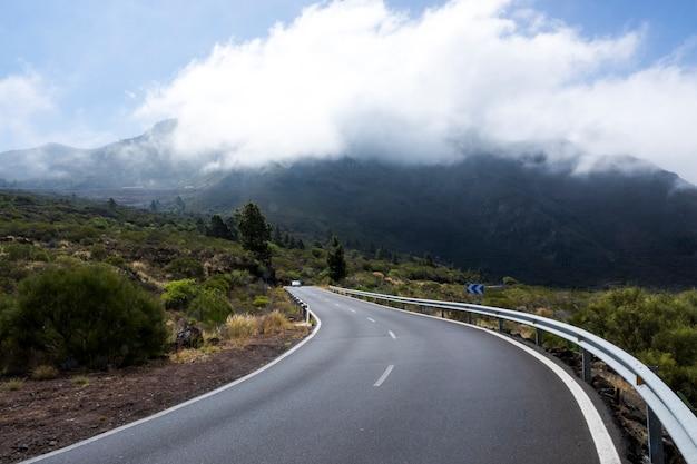 Vista frontal de una carretera vacía Foto gratis
