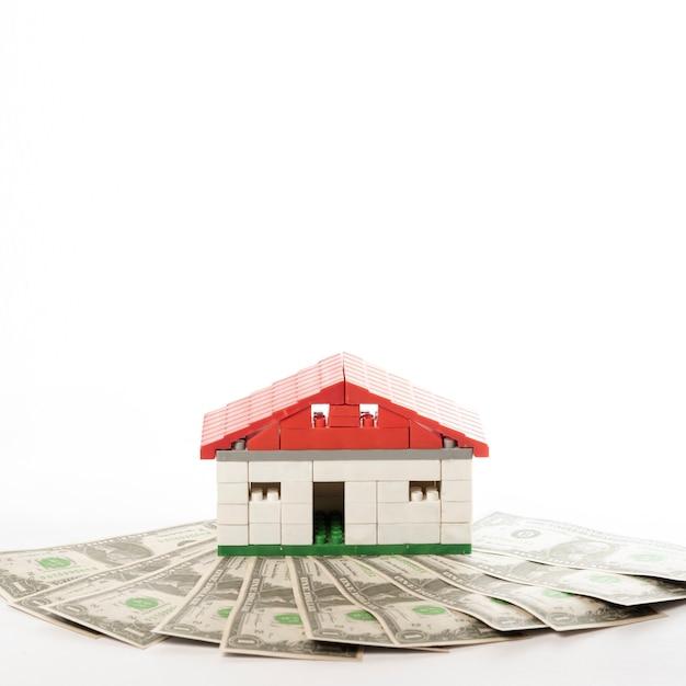 Vista frontal de la casa con billetes de dinero Foto gratis