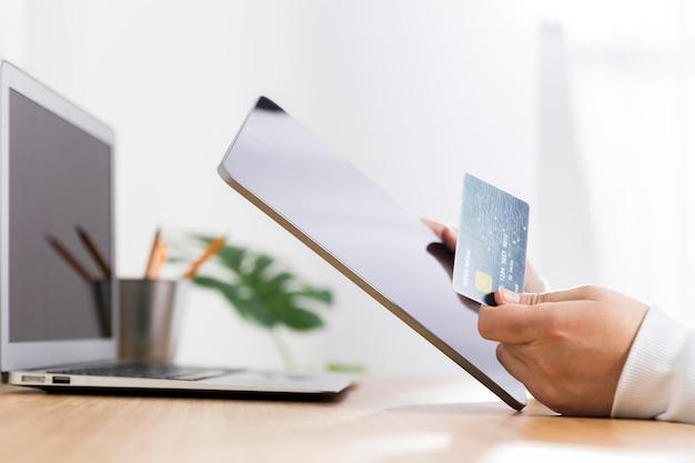 Vista frontal del concepto de compras en línea Foto gratis