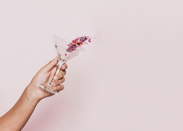 Vista frontal del confeti derramado en la fiesta de año nuevo Foto gratis