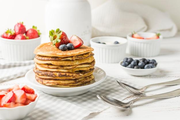 Vista frontal desayuno delicioso Foto gratis