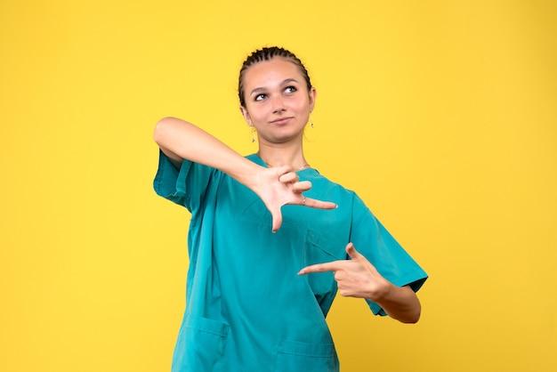 Vista frontal doctora en camisa médica, enfermera de color de virus de hospital de salud covid-19 Foto gratis