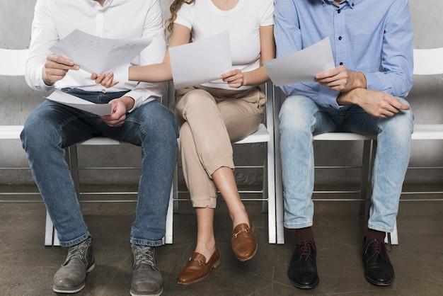Vista frontal de empleados potenciales que esperan entrevistas de trabajo Foto Premium