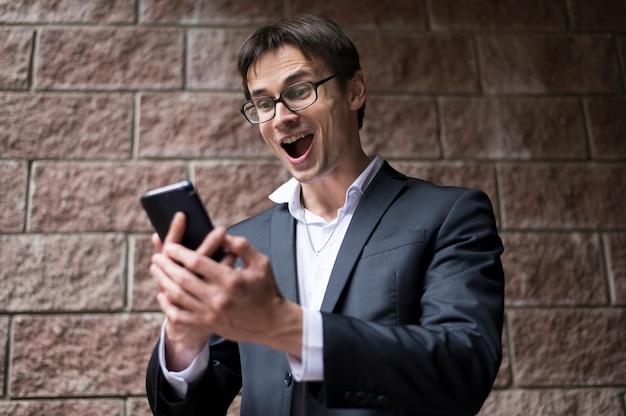 Vista frontal del empresario excitado Foto gratis