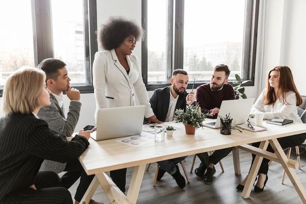 Vista frontal de empresarios en reunión Foto gratis