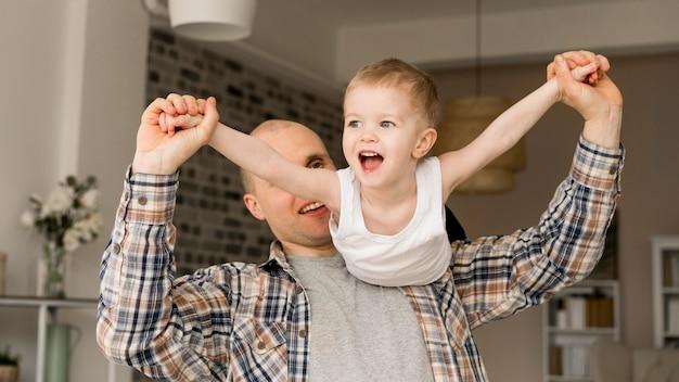 Vista frontal del encantador padre e hijo Foto gratis