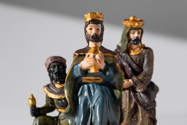 Vista frontal de estatuillas de reyes del día de la epifanía Foto gratis