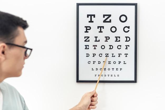 Vista frontal del examen ocular con especialista Foto gratis