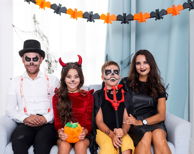 Vista frontal familia posando para halloween Foto gratis