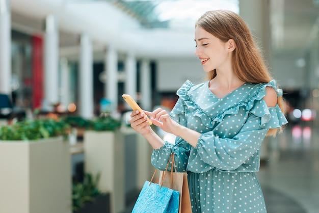 Vista frontal feliz cliente en el centro comercial Foto gratis