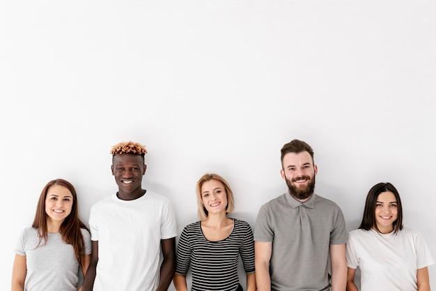 Vista frontal grupo de amigos sonrientes Foto gratis