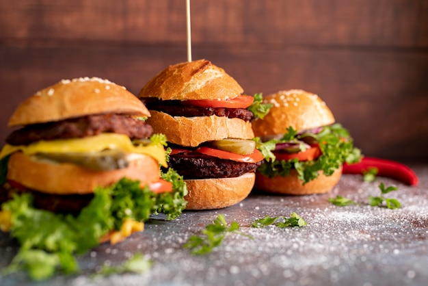 Vista frontal de hamburguesas en la mesa Foto gratis