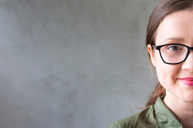 Vista frontal hermosa niña con gafas Foto gratis