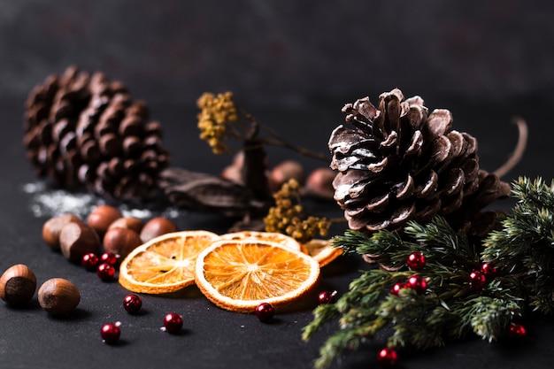 Vista frontal hermoso arreglo navideño Foto gratis