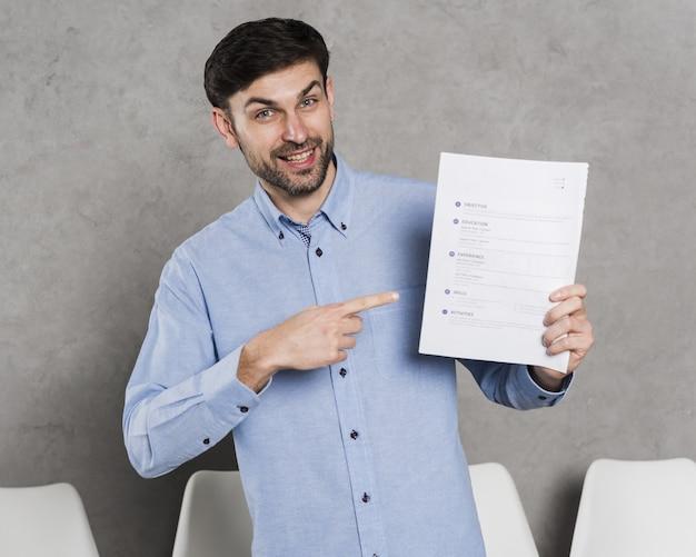 Vista frontal del hombre apuntando al contrato Foto Premium