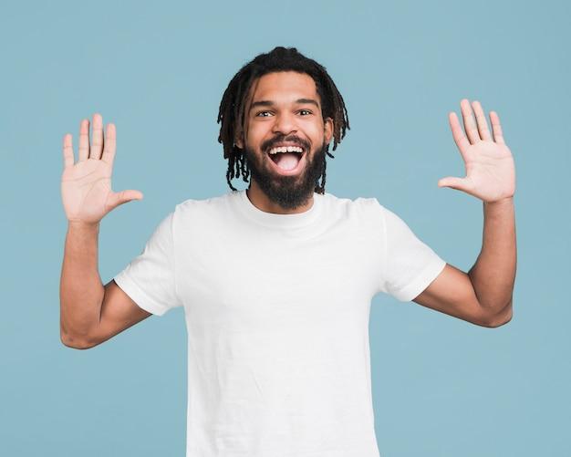 Vista frontal hombre con una camiseta blanca Foto Premium