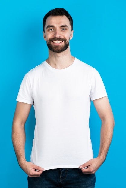 Vista frontal del hombre en camiseta simple Foto Premium