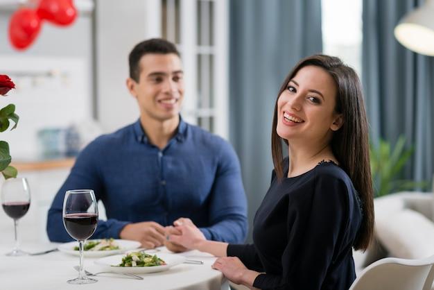 Vista frontal hombre y mujer cenando juntos románticamente Foto gratis