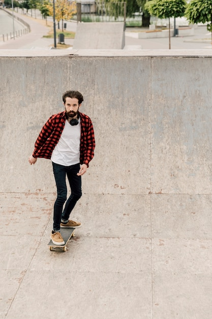 Vista frontal del hombre en patineta Foto gratis
