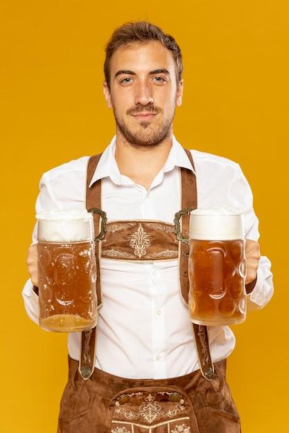 Vista frontal del hombre con pintas de cerveza Foto gratis