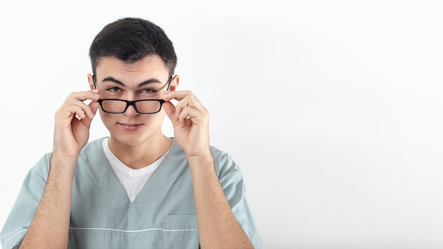 Vista frontal del hombre posando con gafas y espacio de copia Foto gratis
