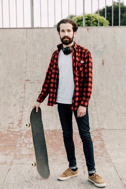 Vista frontal del hombre en el skate park Foto gratis