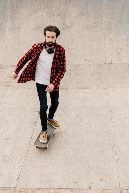 Vista frontal del hombre skateboarding Foto gratis