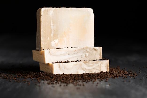 Vista frontal de jabón hecho de café en polvo Foto gratis