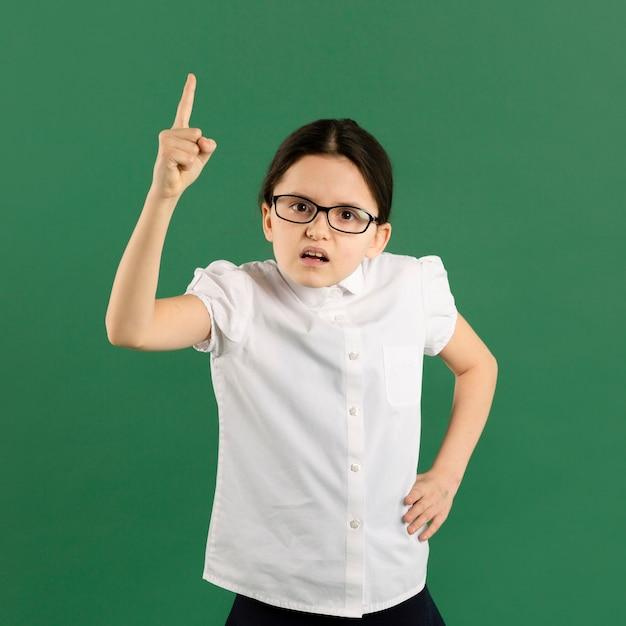Vista frontal del joven maestro gritando Foto Premium
