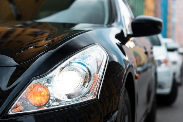 Vista frontal de las luces negras del automóvil Foto gratis