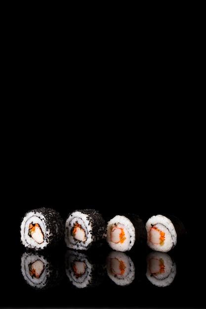 Vista frontal maki sushi con espacio de copia Foto gratis