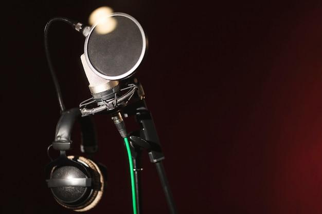 Vista frontal de micrófono y auriculares con espacio de copia Foto gratis