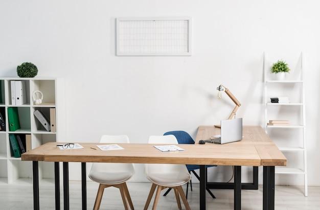 Vista frontal moderno lugar de trabajo de oficina Foto gratis