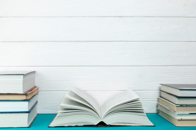Vista frontal montones de libros con espacio de copia Foto Premium