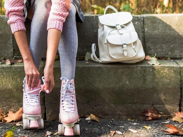Vista frontal de la mujer en calcetines con mochila y patines Foto gratis