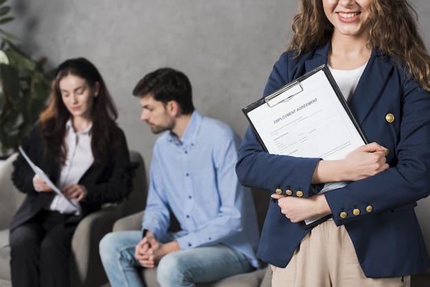Vista frontal de la mujer con contrato de trabajo con un empleado potencial Foto Premium