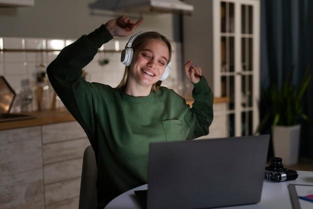 Vista frontal de la mujer feliz bailando Foto gratis