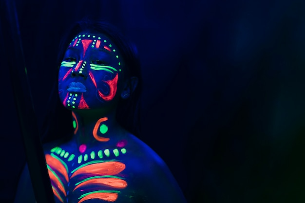 Vista frontal de mujer con maquillaje fluorescente Foto gratis