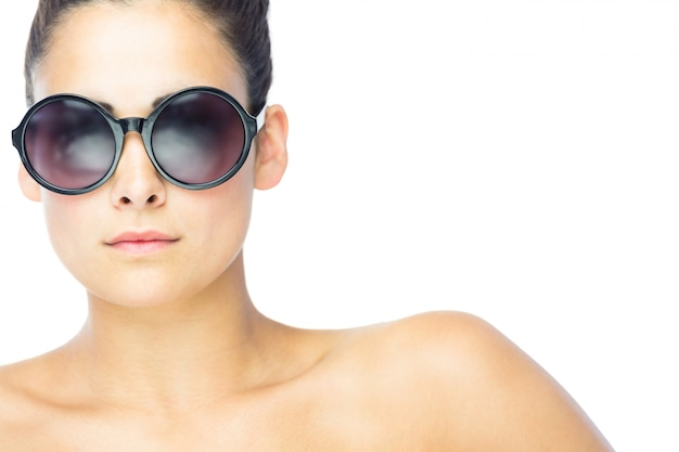 a8e3d669e6 Vista frontal de la mujer morena con gafas de sol redondas gigantes    Descargar Fotos premium