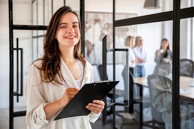 Vista frontal mujer de negocios en la oficina Foto Premium